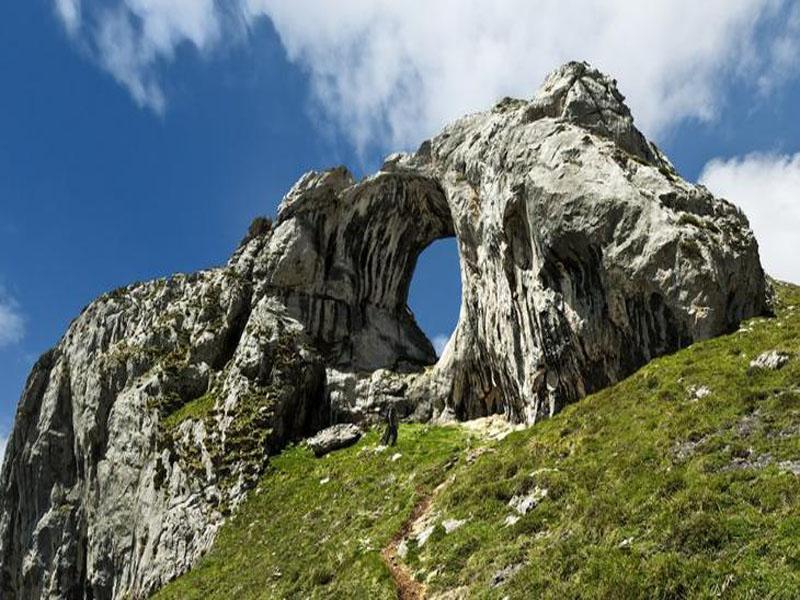 Арка Бычий глаз (Ojo del Buey) в горах Астурии