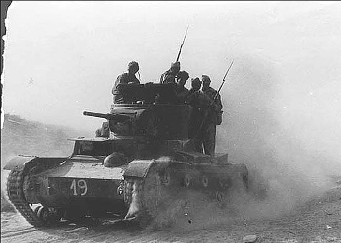 Советский танк Т-26, поставляемый республиканцам от СССР