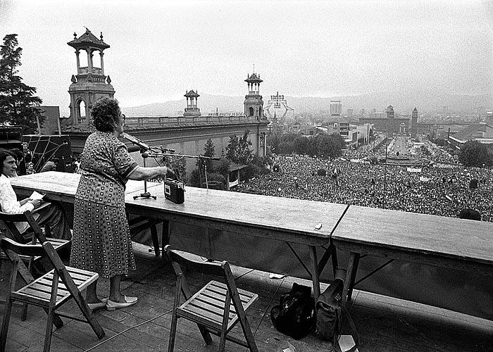 Федерика Монтсени - председатель Национальной конфедерации труда выступает на  митинге в Барселоне (1977 г.)