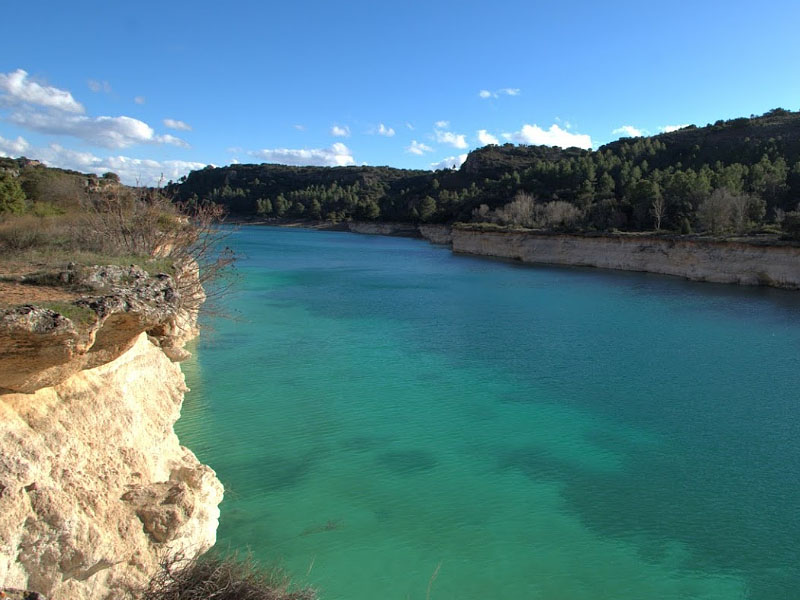 Карстовое озеро Лагуна Кольгада (Laguna de la Colgada) в �спании